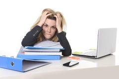 Jonge mooie bedrijfsvrouw die aan spanning lijden die bij het bureaulading van de bureaucomputer werken van administratie Stock Foto
