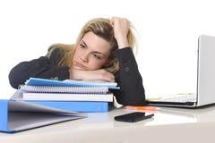Jonge mooie bedrijfsvrouw die aan spanning lijden die bij het bureaulading van de bureaucomputer werken van administratie Royalty-vrije Stock Afbeelding
