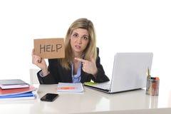 Jonge mooie bedrijfsvrouw die aan spanning lijden die op kantoor werken die om vermoeid hulpgevoel vragen Royalty-vrije Stock Fotografie