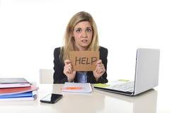 Jonge mooie bedrijfsvrouw die aan spanning lijden die op kantoor werken die om vermoeid hulpgevoel vragen Royalty-vrije Stock Afbeeldingen
