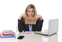 Jonge mooie bedrijfsvrouw die aan spanning lijden die op kantoor werken die om vermoeid hulpgevoel vragen Royalty-vrije Stock Foto's