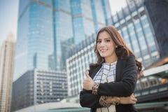 Jonge mooie bedrijfsvrouw die duim op hand, bedrijfsconcept tonen van succes royalty-vrije stock fotografie