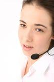 Jonge mooie bedrijfsvrouw die hoofdtelefoon met behulp van Royalty-vrije Stock Afbeelding