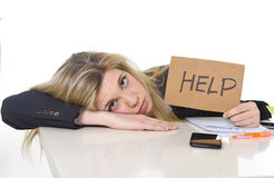Jonge mooie bedrijfsvrouw die spanning het werk aan leunen lijden droevig op bureau die om hulp vragen Royalty-vrije Stock Afbeeldingen