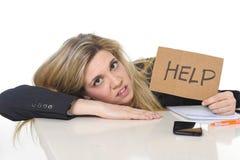 Jonge mooie bedrijfsvrouw die spanning het werk aan leunen lijden droevig op bureau die om hulp vragen Stock Afbeelding