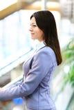 Jonge mooie bedrijfsvrouw in het heldere moderne bureau stock fotografie