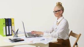 Jonge mooie bedrijfsvrouw met notitieboekje in stock footage