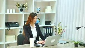 Jonge mooie bedrijfsvrouw met notitieboekje in het bureau stock video