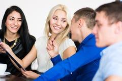 Jonge mooie bedrijfsvrouw met partners, mannen bij a Stock Fotografie
