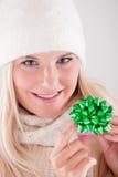 Jonge mooie blonde de wintervrouw met gift royalty-vrije stock foto's