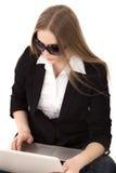Jonge mooie blondevrouw die online het winkelen hebben Royalty-vrije Stock Foto
