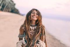 Jonge mooie bohovrouw portarait met traditioneel ornament op het strand bij zonsondergang stock fotografie