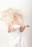 Jonge mooie bruid die een paraplu houdt Royalty-vrije Stock Afbeelding