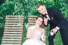 Jonge mooie bruid en bruidegom het drinken koffie bij de in openlucht koffie Gelukkige huwelijksdag royalty-vrije stock fotografie