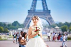 Jonge mooie bruid in Parijs royalty-vrije stock foto's