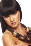 Jonge mooie brunette met lange halsband Stock Foto