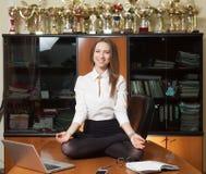 Jonge mooie dame die yoga maken Royalty-vrije Stock Foto