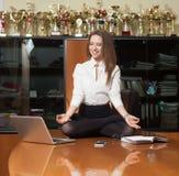 Jonge mooie dame die yoga maken Stock Fotografie