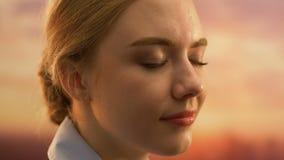 Jonge mooie dame die zich buiten met gesloten ogen, inspiratie en creativiteit bevinden stock videobeelden