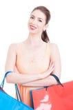 Jonge mooie dame het glimlachen dragende het winkelen zakken Royalty-vrije Stock Foto