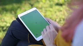 Jonge mooie de tabletcomputer van de bedrijfsvrouwenholding op kantoor stock videobeelden