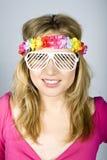 Jonge mooie de zomervrouw in funky glazen Stock Foto's