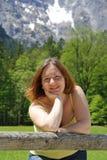 Jonge mooie de zomervrouw in openlucht Bergen Royalty-vrije Stock Fotografie