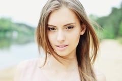 Jonge mooie dichte omhooggaand van het meisjes openluchtportret Stock Afbeeldingen