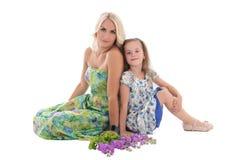 Jonge mooie die blond met dochter op wit wordt geïsoleerd Stock Afbeelding