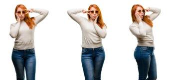Jonge mooie die roodharigevrouw over witte achtergrond wordt geïsoleerd royalty-vrije stock afbeelding