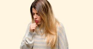 Jonge mooie die vrouw over gele achtergrond wordt geïsoleerd stock fotografie