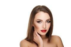 Jonge mooie donkerbruine vrouw met make-up en rode lippen met han Royalty-vrije Stock Afbeeldingen