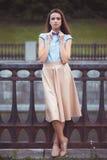 Jonge mooie, elegant geklede vrouw Stock Foto's