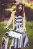 Jonge mooie, elegant geklede vrouw met Stock Afbeeldingen