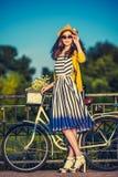Jonge mooie, elegant geklede vrouw met Stock Afbeelding