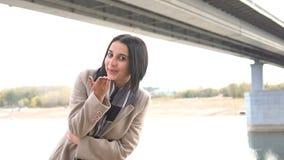 Jonge Mooie en Aantrekkelijke Vrouwelijke Vrouw die aan Camera kijken en Luchtkus geven stock video