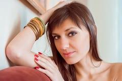 Jonge, mooie en dromende vrouw (meisje) Stock Afbeelding