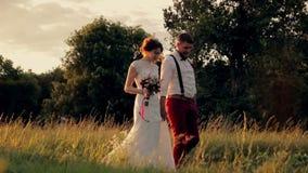 Jonge mooie en gelukkige paarbruid en bruidegom stock footage