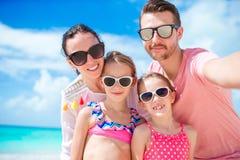 Jonge mooie familie die selfie op het strand nemen royalty-vrije stock afbeeldingen