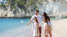 Jonge mooie familie die selfie portret op het strand nemen stock videobeelden