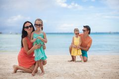 Jonge mooie familie met twee jonge geitjes op tropisch royalty-vrije stock afbeeldingen