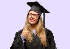 Jonge mooie gediplomeerde studente royalty-vrije stock foto