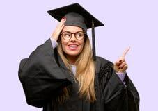Jonge mooie gediplomeerde studente royalty-vrije stock fotografie