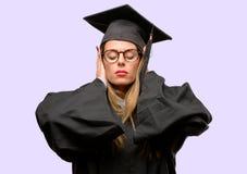 Jonge mooie gediplomeerde studente royalty-vrije stock afbeeldingen