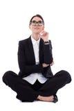 Jonge mooie gelukkige bedrijfsvrouwenzitting en ongeveer het dromen Stock Foto's