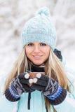 Jonge Mooie Glimlachende Vrouw met Mok Openlucht Royalty-vrije Stock Foto