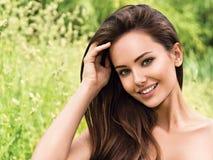 Jonge mooie glimlachende vrouw in openlucht stock afbeelding