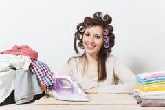 Jonge mooie huisvrouw Vrouw op witte achtergrond Huishoudenconcept Exemplaarruimte voor reclame royalty-vrije stock afbeeldingen