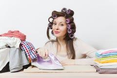 Jonge mooie huisvrouw Vrouw op witte achtergrond Huishoudenconcept Exemplaarruimte voor reclame stock fotografie