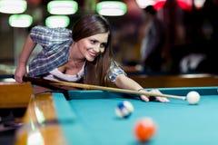 Jonge mooie jonge dame die het snookerschot pogen te nemen royalty-vrije stock afbeeldingen